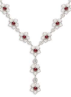 Collar de oro blanco, diamantes y rubíes, de Yanes.