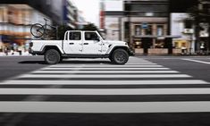 Das neue Modell markiert die Rückkehr der Marke in das Pickup-Segment und kommt zu den Feierlichkeiten des 80-jährigen Jubiläums von Jeep® zu den europäischen Händlern. Jeep Gladiator, Eroge, Tonneau Cover, Fender Flares, Transfer Case, Roof Rack, Audio System, Automatic Transmission, Exterior Colors