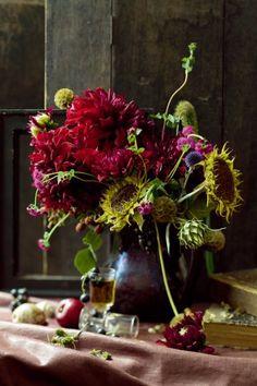 :: Bouquet flamand composé de fleurs d'hiver telles que dahlias, tournesols et chardons- Style : Véronique Villaret ::