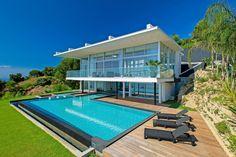Modern villa with a pool 👌 Photo via Exterior Design, Interior And Exterior, St Tropez France, Modern Mansion, Belle Villa, Villa Design, Pool Houses, Luxury Villa, Luxury Houses