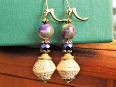 Boucles d'oreille dormeuses style historique, pierre jaspe arc-en- ciel, perles avec perles bronze antique Bronze, Drop Earrings, Etsy, Jewelry, Style, Jasper, Vintage Romance, Stones, History