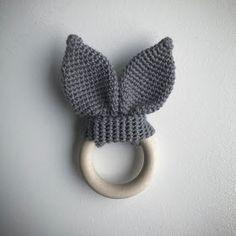 Her deler Trolleungen egne opskrifter på hæklede ting Bobble Crochet, Crochet Baby Toys, Crochet Toys Patterns, Crochet For Kids, Amigurumi Patterns, Baby Knitting, Baby Girl Toys, Baby Boy Gifts, Wooden Teething Ring