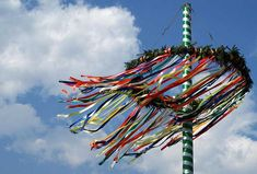 Ein buntgeschmückter #Maibaum im #Frühling