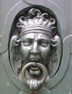 angry angel door knocker, Paris, France - TRUCADORS / PICAPORTES / ALDABAS / KNOCKERS: PARÍS - FRANÇA