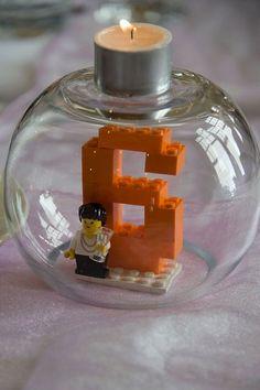 Für Deinen Lego-Kindergeburtstag eignet sich diese nette Deko der Geburtstagskerze. Weitere passende Ideen für Deine Lego-Party findest Du auf blog.balloonas.com #lego #kindergeburtstag #balloonas