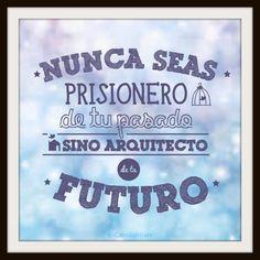 """Nunca seas prisionero de tu pasado, sino arquitecto de tu futuro"" #Citas #Frases @Candidman"