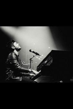 Pablo López y un piano, la mejor combinación posible Piano, Cool Wallpaper, Crushes, 9 Mm, Guys, Concert, Celebrities, Inspiration, David