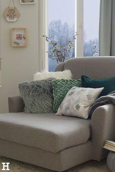 Endlich Füße hoch: Ein gutes Buch, ein heißer Tee und ein großer Sessel. Mehr braucht man nicht, um mal richtig zu entspannen. #meinhöffi    #CarpeDiem #höffner #hoeffner #wohnen #möbel #wohnraum #wohndesign #wohnidee #deko #wohnachten #weihnachten #wellness #erholung #zuhause Carpe Diem, Diy Tisch, Sofa, Couch, Hygge, Diy Projects, Throw Pillows, Furniture, Home Decor