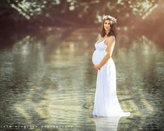 I love this maternity photo. The effect of the water is so amazing! - Maternity Photography - meadoria.