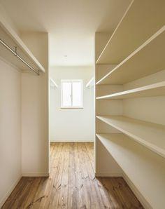 『かわいい家photo』では、かわいい家づくりの参考になる☆ナチュラル、フレンチ、カフェ風なおうちの実例写真を紹介しています。 Bookcase, Stairs, Shelves, Home Decor, Stairway, Shelving, Decoration Home, Room Decor, Book Shelves