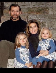 En las Navidades de 2009, los Príncipes felicitaron las fiestas con un christmas en el que aparecen con sus hijas sentadas en el órreo que hay en los jardines de Zarzuela.  En ella se ve perfectamente el carácter observador y tímido de la hija menor de don Felipe y doña Letizia.