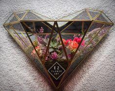 #ezflowerart #terrarium #heart  #love #succulent #succulove #pink #flowerstagram #flowerart #flowers #diseñoespecial #prismaticheart es un diseño exclusivo de ezflowerart trabajado con un artesano que es un artista increíble, hay muchas copias de este tipo de trabajo pero mal echo se deshace, lo barato sale caro!!!