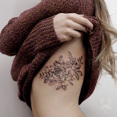 pin:Jò in Wonderland-anna // insta:Anna Totten Il… – … - tatoo feminina Flower Tattoo On Ribs, Side Boob Tattoo, Side Tattoos, Body Art Tattoos, Tattoo Ribs, Rose Rib Tattoos, Tatoos, Flower Tattoos, Rib Cage Tattoos