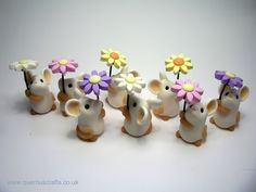 Image of Tiny Daisy Mouse Polymer Clay Figures, Polymer Clay Animals, Cute Polymer Clay, Cute Clay, Polymer Clay Miniatures, Fimo Clay, Polymer Clay Projects, Polymer Clay Charms, Polymer Clay Creations