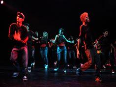 """No sábado, dia 26, às 19h, o grupo L A Dança Urbana apresenta o espetáculo """"Calle"""", de dança de rua, que mostra as dualidades das ruas, enquanto trajetos de um lugar a outro."""