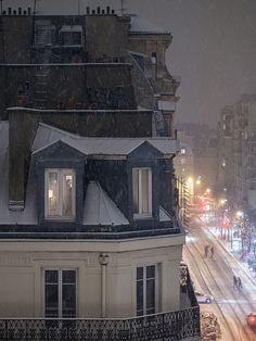 Amare la luce dei cieli grigi di Parigi, anche di notte. Anche con la neve..