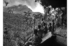 Amazonie, Brésil, 2014 : Les Yanomami, 30 000 indiens en sursis, défendent la plus grande forêt tropicale du monde contre orpailleurs et chercheurs de minerais rares. 6 avril : sur les flancs du pic de la Neblina (le pic du Brouillard), le point culminant du Brésil, des chasseurs, arc à la main, s'abritent des pluies torrentielles. Associé à la Fondation nationale de l'Indien (Funai) au Brésil et à l'ONG Survival International. © Sebastião Salgado