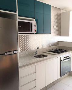 combinações de alto brilho petróleo, branco e inox. Cozinha quase finalizada. Pastilhas Glass Mosaic em parceria com @espacorevestirmogi . Estamos apaixonados por cada detalhe de nossa criação. ❤️
