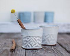 Dies ist die Tasse trinken Sie Ihren Kaffee mit musst!  Weiße Keramik Kaffeetasse in einer großen Größe für Kaffeeliebhaber, geschmückt mit den geraden Muster in modernem Design. Dieses gemütliche Teetasse ist perfekt für Ihren Abend-Kräutertee, Kuscheln auf der Couch oder im Bett mit Cappuccino oder heiße Schokolade.  Hergestellt aus gefalteten Steingut Blätter gestempelt mit modernen Linien-Muster. Eingetaucht in matt weiß Glasur, auf hoher Temperatur gebrannt.  ««> 3.tall. 4 Durchmesser…