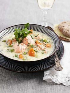 Recept på god och krämig laxsoppa med gräslök, potatis, ärtor och morot. En fiskgryta som passar perfekt både till vardags och till helgmiddagen.