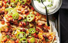 Arranging your nachos in layers is a great way to avoid dry nachos at the bottom. Whether you're entertaining or just looking to spice up your weeknight dinner, these fully loaded nachos with beans and chorizo are sure to please. Easy Dinner Recipes, Snack Recipes, Healthy Recipes, Party Recipes, Snacks, Nachos Supreme, Tailgating Recipes, Dinner Menu, Dinner Ideas