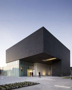 Built by Grafton Architects in Navan, Ireland with date 2006. Images by Ros Kavanagh. Concept:   In Irish towns, the anchor or pivotal element which forms the centre, is often a market, or a church or in...