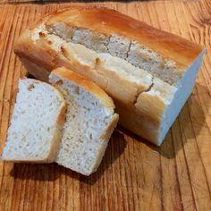PAN DE ARROZ Y MANDIOCA - - 300 g harina de arroz - 300 g harina de mandioca -  25 g levadura fresca - 200 ml agua -   2 huevos grandes ligeramente batidos -   1 cucharada de miel -   1 cucharada de aceite -  12 g sal -    manteca para pintar, opcional