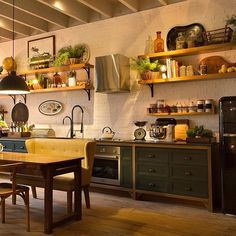 E as inspirações da Casa Cor 2016 não param… Num espaço de 62m², a aquiteta Paola Ribeiro projetou seu ambiente na Casa Cor. O Loft no Campo ficou super acolhedor e, como não poderia ser diferente, ele foi marcado pela integração dos ambientes. Apenas o banheiro foi separado por uma divisória de vidro. Na cozinha do espaço, encontramos …