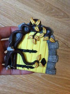Home sweet gnome fairydoor Porte de fée en pâte fimo par Frederic Braie Frederic, Clay Fairies, Fairy Doors, Fairy Gardens, Clay Projects, Dwarf, Gnomes, Sweet Home, Objects