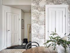 Comedor con papel pintado / Dormitorio pared negra / Un elegante estudio de paredes negras y decoración vintage #hogarhabitissimo