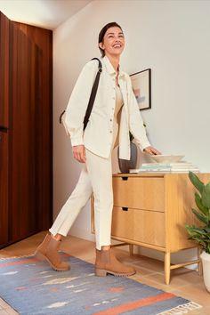 Botín chelsea básico: Exterior en color cuero con dos elásticos laterales para un calce sencillo y un look a la última. #botin #septiembre #otoño #backtowork #pinterestaesthetic #pinterestfashion