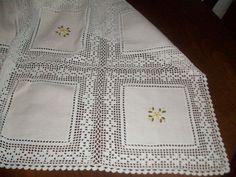 toalhas de mesa de jantar em croche - Cerca con Google Filet Crochet, Crochet Motif, Crochet Doilies, Crochet Flowers, Knit Crochet, Crochet Patterns, Crochet Fabric, Crochet Tablecloth, Crochet Home
