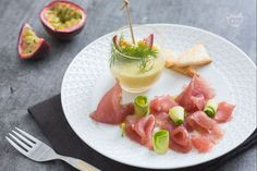 Il carpaccio di tonno con salsa al frutto della passione è un antipasto davvero intenso, l'accompagnamento della frutta esalterà il pesce fresco!
