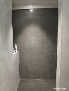 Inloop douche. Muren met betonstuc in 2 kleuren.
