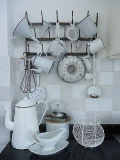 white vintage display Cocina Shabby Chic, Shabby Chic Interiors, Shabby Chic Kitchen, Shabby Chic Decor, Cozy Kitchen, Country Kitchen, Kitchen Decor, Vintage Enamelware, Vintage Display