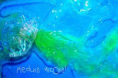 ¿Te gustaría tocar una medusa? Aquí os dejo una actividad sensorial muy divertida de lo mas playera y fácil de preparar este veranito con pocos materiales que puedes encontrar en cualquier cocina  http://www.manualidadesinfantiles.org/medusa-viscosa
