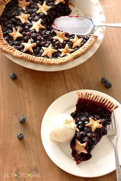 LOVE the stars instead of a top crust on this Blueberry Pie ♡