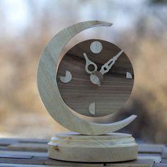 Hársfa és diófa felhasználásával készítettük ezt a csodás asztali órát. Szokásunkhoz híven, nagy odafigyelést szenteltünk a készítése során. | Faragott ajándéktárgyak