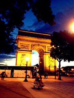 Arco do Triunfo às 22h...ainda com um restinho de sol...lindo!