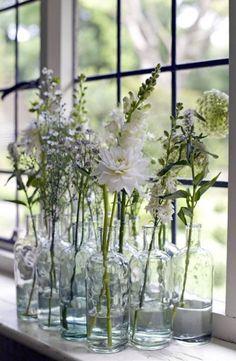 Groepje verzamelde wijnflessen met bloemen, leuk voor straks in... Door Vonneke