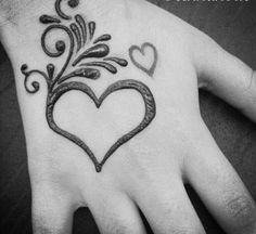 Top Advice on Henna Tattoo Designs Easy Heart Henna Tattoo Hand, Henna Tattoo Designs, Henna Tattoos, Henna Designs Kids, Tattoo Design For Hand, Henna Body Art, Beautiful Henna Designs, Hena Designs, Simple Mehndi Designs