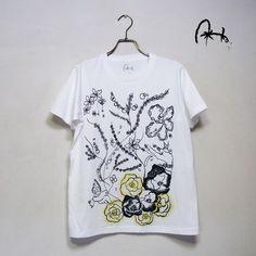 ユニセックスTシャツです。Sサイズです。手刷りシルクスクリーンプリント+ぼかし刷毛染めです。お花をモチーフに表現しました。 一枚一枚染めているので、毎回一点も...|ハンドメイド、手作り、手仕事品の通販・販売・購入ならCreema。