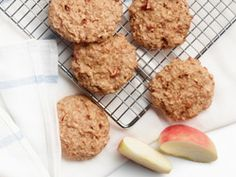 Recipes - Yummy apple breakfast cookies - Heart and Stroke Foundation of Canada (replace oil with applesauce? Breakfast Cookie Recipe, Apple Breakfast, Real Food Recipes, Cooking Recipes, Yummy Food, Dash Recipe, Apple Cookies, Lunch Snacks, Brownie Recipes