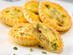 Receta de mini quiches de pollo Mini Quiches, Vegetarian Recipes, Cooking Recipes, Healthy Recipes, Tapas, Pollo Chicken, Quiche Lorraine, Salty Foods, Beef Stroganoff