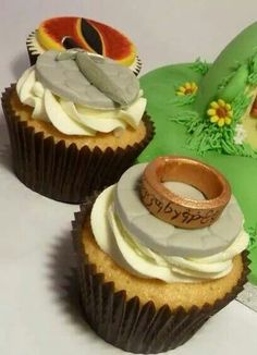Lord of the Rings Cupcakes-but make sure you watch to see who eats the eye of Sauron Bolo Hobbit, Hobbit Cake, Beautiful Cakes, Amazing Cakes, Cupcakes, Cupcake Cakes, Realistic Cakes, Ring Cake, Muffin