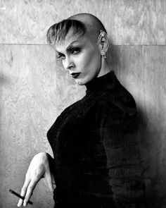 Maila Nurmi, better known as Vampira, photographed in After an attack on her hair by an unhinged woman, Maila decided to cut her hair into what is now known as a Chelsea cut. She predicted in 25 years people would be copying it and she was right! Ed Wood Film, Easy Hijab Style, Hollywood Forever Cemetery, Pin Up, Maila, Horror Icons, Cut Her Hair, Thing 1, Vintage Horror