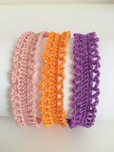 Tanti piccoli archetti che creano un intreccio armonioso attorno a qualsiasi polso, ma all'occorrenza con qualche centimetro in più si tr... Crochet Jewelry Patterns, Crochet Bag Tutorials, Crochet Videos, Crochet Accessories, Crochet Designs, Crochet Projects, Crochet Bracelet, Bead Crochet, Crochet Hooks