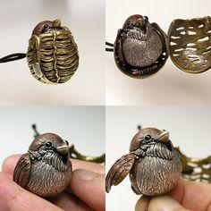 """ユーモア溢れる""""根付の仕掛け""""にワクワクが止まらない!金属造形作家に話を聞いてみた Animal Jewelry, Jewelry Art, Fine Jewelry, Jewelry Design, Jewelry Making, Jewellery, Art Chinois, Art Japonais, Unusual Jewelry"""