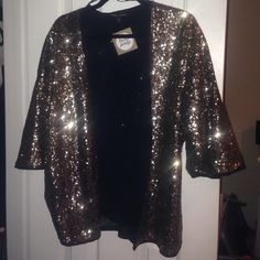 Gold Sequin Kimono This is a stunning gold sequin kimono! Great for New Years, 21st birthdays, bachelorette parties, night on the town, photo shoots, and more! Goes with everything!! Bought at a local boutique. Thought I would wear it to a sorority event but found something else instead, so it's never worn! M/L but will fit any size.  NWT! NEVER WORN! Sweaters Cardigans