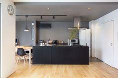 お施主様こだわりの造作キッチンを中心に、グレートーンでまとめたスタイリッシュな空間。 Home Interior Design, House Interior, Kitchen Interior, Home, Interior, Modern Dining, Black Kitchens, Home Decor, New Room